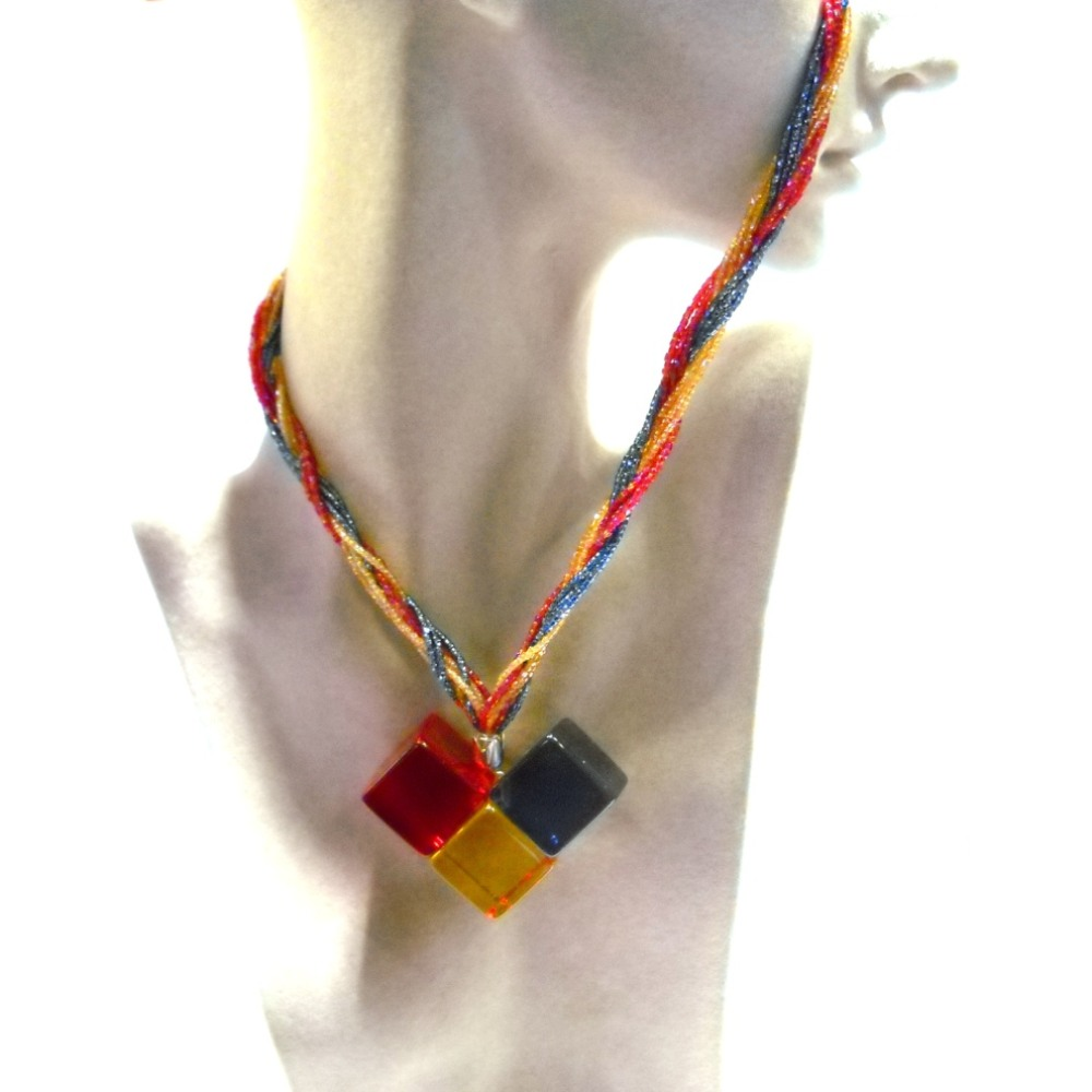 Collana girocollo con ciondolo plexiglass tre colori