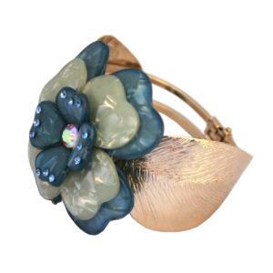 Bracciale chiusura a molla in metallo dorato con fiore camelia in plexiglass colore bluette e madreperla