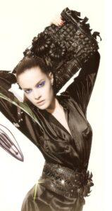 Borsa e cintura in pelle nera con frange, fiori in pelle e applicazioni di elements Swarovski